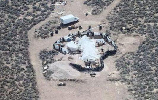 """""""Nunca vi algo como esto"""": el hallazgo de 11 niños hambrientos y en cautiverio en el desierto de Nuevo México, EE.UU."""