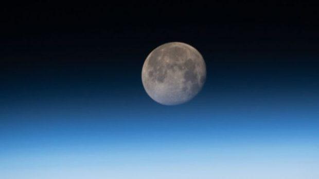"""Por qué la Luna se está encogiendo """"como una pasa de uva"""""""