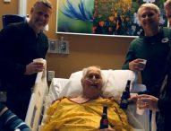 Lo que todos podemos aprender de esta foto de un hombre muriendo con una cerveza en la mano