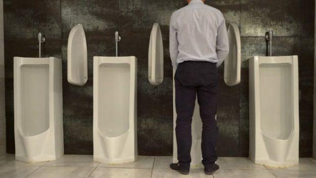 ¿Es más saludable para los hombres orinar sentados o de pie?