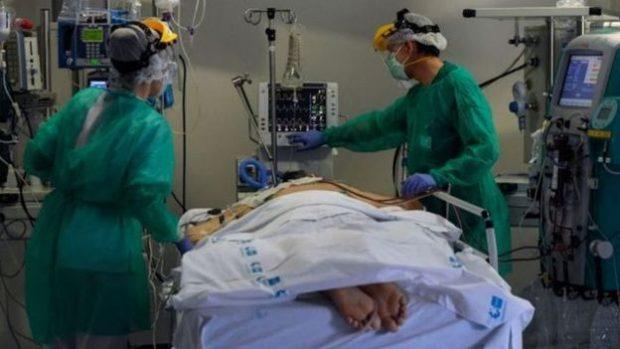 Coronavirus: por qué la técnica de acostar a los pacientes boca abajo les está salvando la vida a muchos enfermos de covid-19