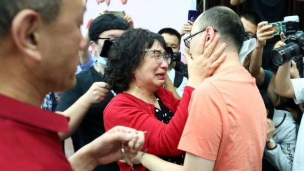 Desaparición de niños en China: los padres que lograron encontrar a su hijo secuestrado 32 años después de que desapareciera