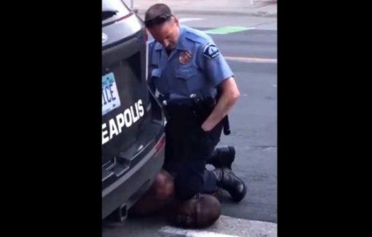 George Floyd: la indignación por la muerte de un afroestadounidense después de que se viera a un policía arrodillándose en su cuello