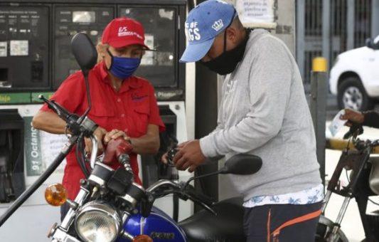 Gasolina en Venezuela: las claves de la histórica decisión de Maduro de poner fin a décadas de combustible casi gratis en el país