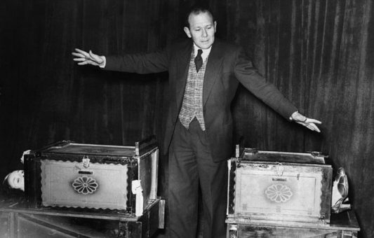 Cómo surgió hace 100 años el truco de la mujer cortada en dos, uno de los actos de magia más famosos de la historia