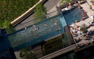 La impresionante piscina transparente de Londres que cuelga entre dos edificios y causa polémica porque no todos los vecinos la pueden usar
