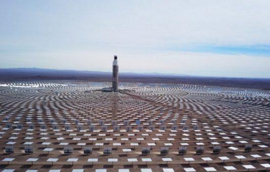 Cómo es la colosal primera planta de energía termosolar de América Latina que Chile inauguró en el desierto de Atacama