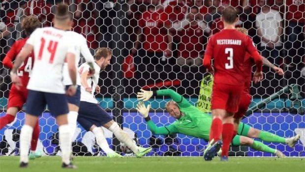 Eurocopa 2020: la UEFA abre expediente contra Inglaterra por el láser usado contra el portero de Dinamarca durante el lanzamiento de un penalti en las semifinales