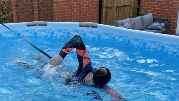 Juegos Olímpicos de Tokio: la increíble historia del adolescente que pasó de entrenar en una piscina de lona en el jardín de su casa a ganar el oro olímpico