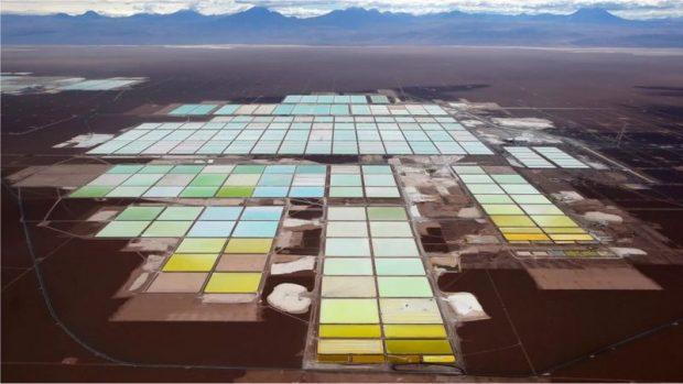 Los impactantes paisajes que las baterías de tus teléfonos están creando en Sudamérica